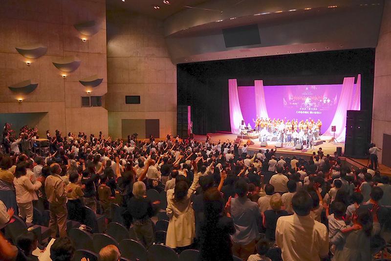 日本を代表する伝道者・滝元明牧師の死を惜しみ、日本のリバイバルを願って、全国から約900人が集まった=14日、新城文化会館(愛知県新城市)で(写真:近藤史門撮影)<br />