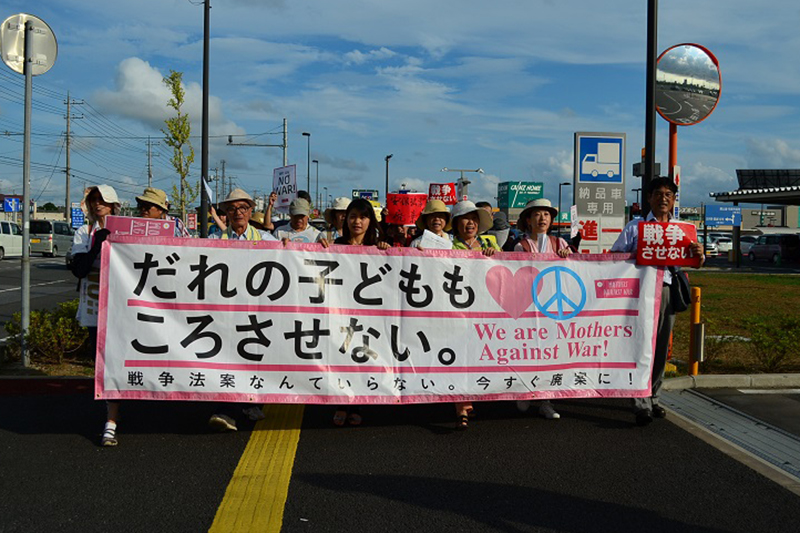 千葉県内で初お披露目された「安保関連法案に反対するママの会」の横断幕。全国のママの会が順番に使用しているという=16日、千葉県市原市で