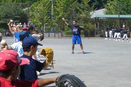 参加した子どもたちに投球方法を教えるミッキ・ウェストン元大リーグ選手=9日、横浜市栄区の小管ヶ谷スポーツ広場で