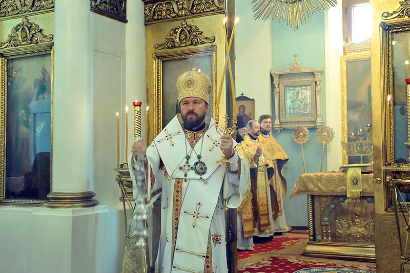 9日にモスクワにある生神女マリヤのイコン「全ての哀しむ者達の慶(よろこ)び」聖堂で聖体礼儀を執り行ったボロコラムスク府主教イラリオン(写真:ロシア正教会渉外局)
