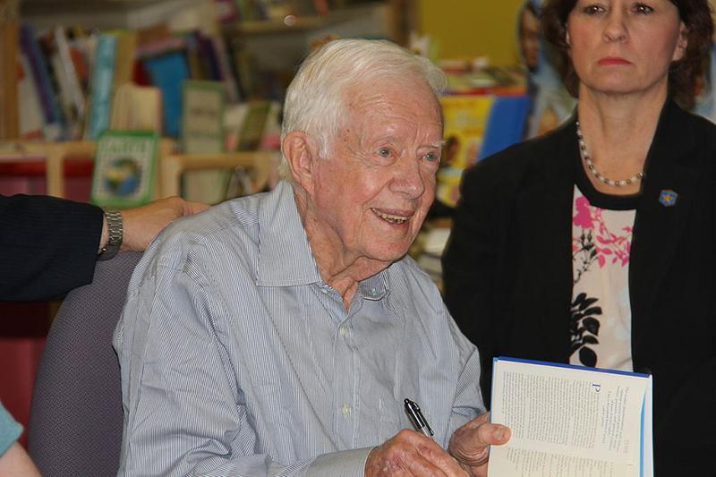 米ノースカロライナ州ローリーで行われた著書のサイン会でサインをするジミー・カーター米元大統領=2014年4月2日(写真:Mark Turner)