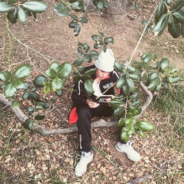 詩編43編の一節や自身の信仰についてのコメントと共にインスタグラムに投稿された読書をするジャスティン・ビーバー(写真:ジャスティン・ビーバーのインスタグラムより)