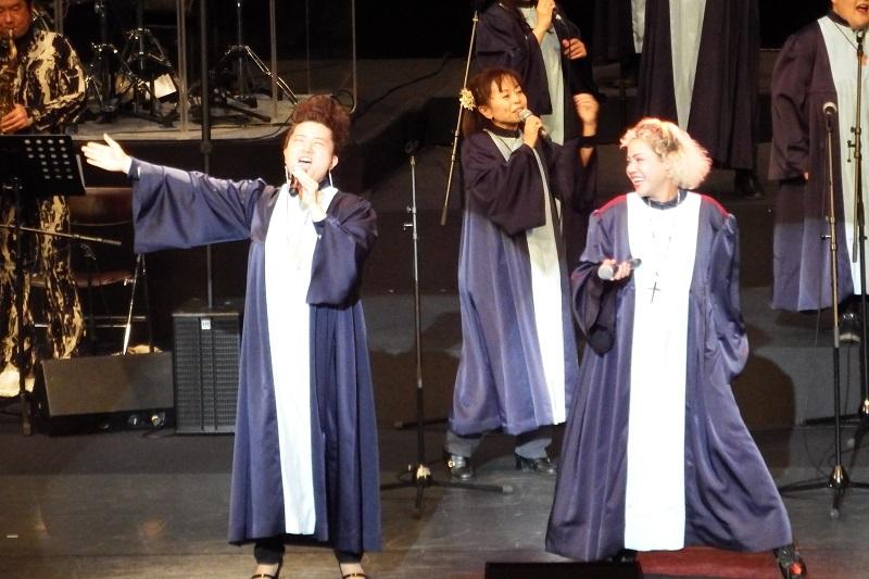 ゴスペル星組の演奏で熱唱するトリニティーのYOSIMIさん(左)=22日、伊勢崎市文化会館大ホール(群馬県)で