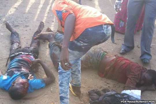 ナイジェリアの首都郊外ニャンニャ地区で発生したイスラム過激派組織「ボコ・ハラム」による爆弾攻撃で負傷した人々(2014年4月)(写真:ボイス・オブ・アメリカ)