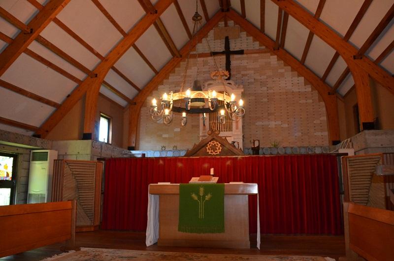 入所者と職員が協力して建てたという礼拝堂。礼拝堂の地下では、かにた婦人の村で亡くなった身寄りのない女性たちの遺骨と遺影が納められている。
