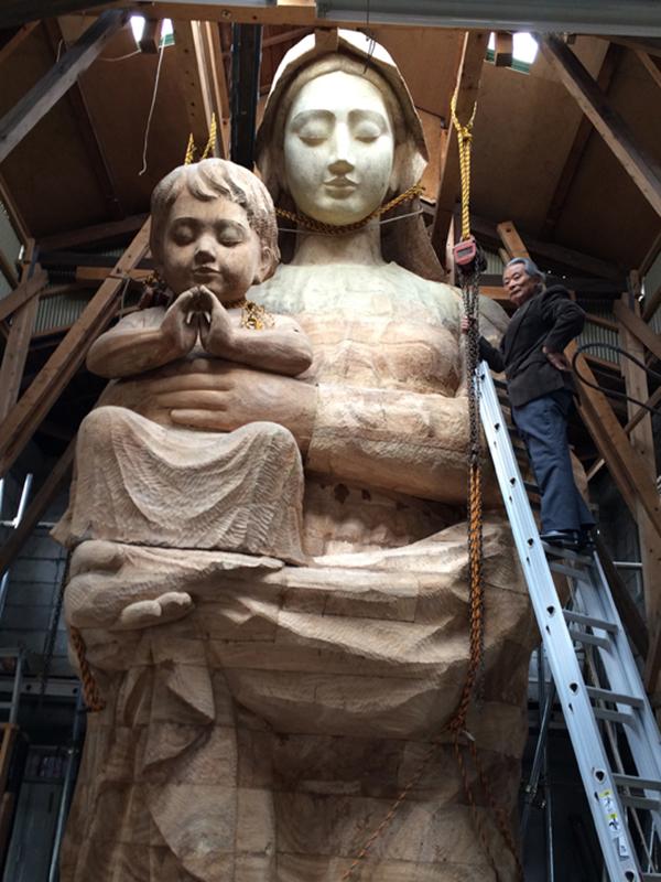 高さ9・5メートルのマリア像と制作者の親松英治さん(写真:南島原市提供)