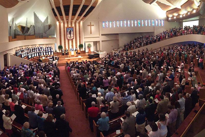 米サウスカロライナ州にある教会「ファースト・バプテスト・グリーンビル」の礼拝に出席する人々(写真:同教会の公式フェイスブックより)