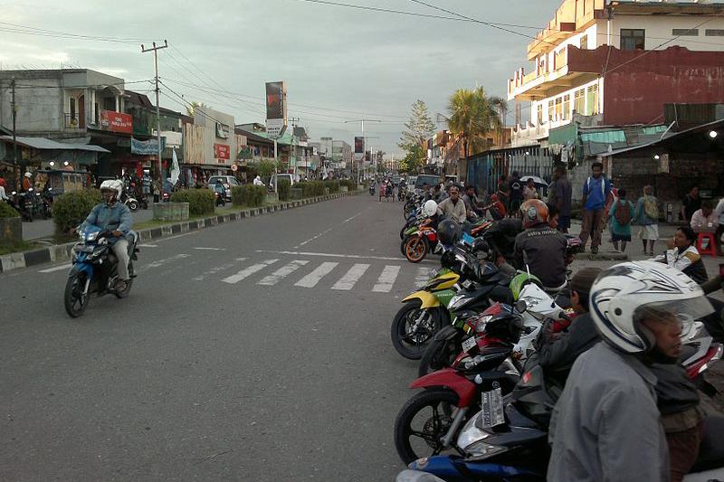 西パプアにある都市ティミカの通りの様子(写真:Davidelit)<br />