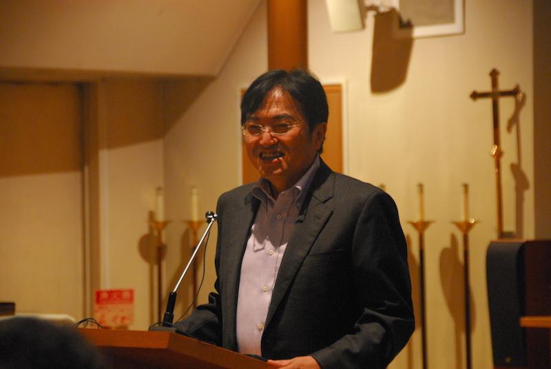 開会のあいさつを行う立教大学文学部長の西原廉太教授=8月29日、日本聖公会聖アンデレ教会礼拝堂(東京都港区)で<br />