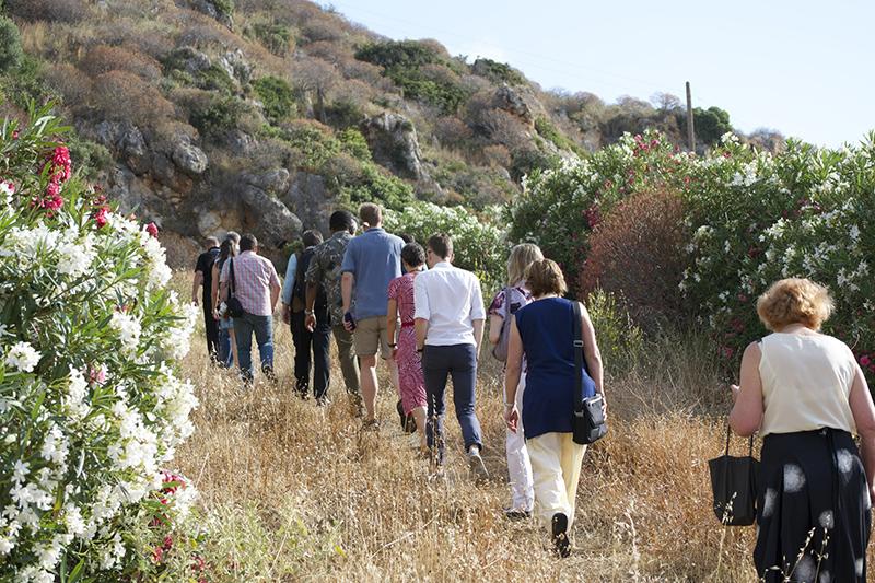 ギリシャ・クレタ島にあるクレタ正教学院の近くの山のチャペルを目指して歩く、世界教会協議会(WCC)の気候変動に関するワーキンググループの参加者たち=2015年6月(写真:Albin Hillert / WCC)<br />