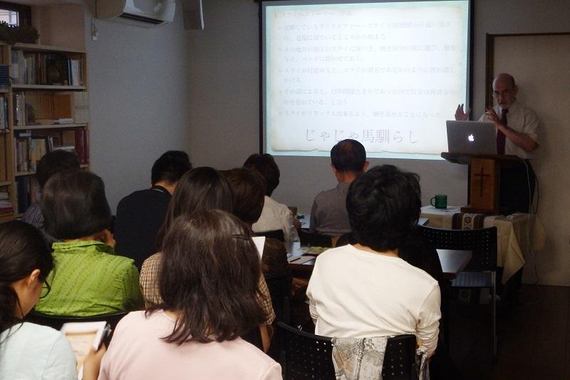地域への福音宣教の一環として開いた聖書の公開講座シリーズでシェークスピアの作品を取り上げたところ、非常に反応が良く、継続した講座を求める要望があったことから、始まったこの企画。地域からの参加者にはリピーターも多いという=5日、改革主義福音連盟三鷹福音教会(東京都武蔵野市)で
