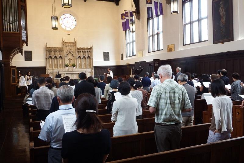 「歌う学会」と呼ばれる日本賛美歌学会。開会礼拝は、『日本聖公会 祈祷書』に基づく「歌による朝の礼拝」がささげられた=5日、立教学院諸聖徒礼拝堂(東京都豊島区)で