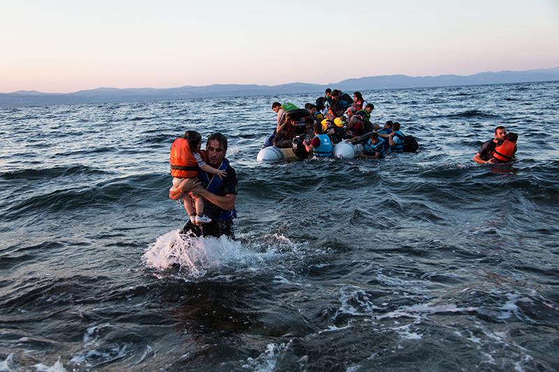 ギリシャのレスボス島にたどり着くシリア難民(写真:UNHCRA / McConnell)