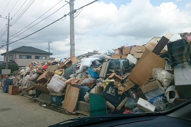 洪水で浸水し使えなくなった家具などが山積みにされている。(写真:野田沢牧師提供)<br />