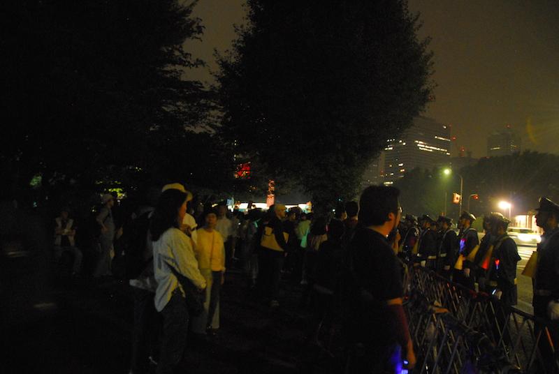 安保法成立後も国会前でデモを続ける人々=19日未明