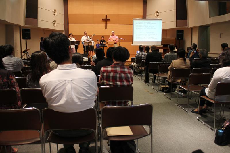集会には約60人が集まった。最後は、日本同盟基督教団徳丸町キリスト教会の朝岡勝牧師が感謝の祈りをささげ閉会した=17日、お茶の水クリスチャン・センター(東京都千代田区)で