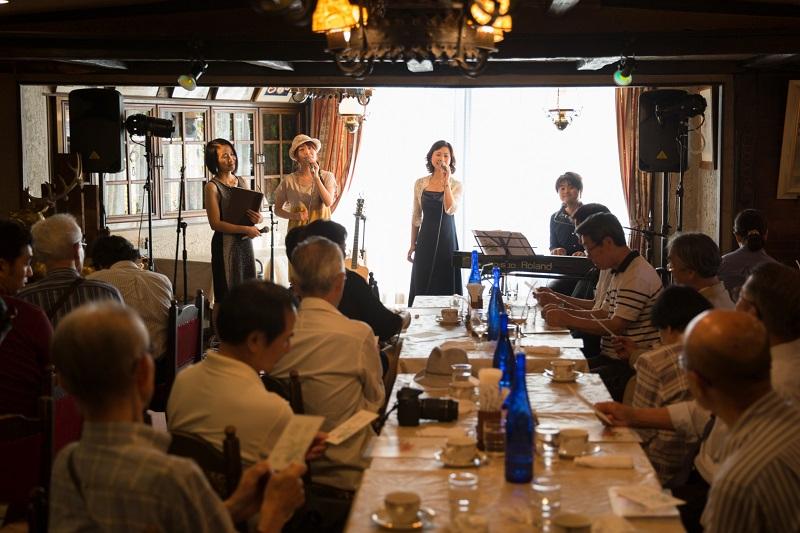 味覚、聴覚、視覚で味わう星野富弘さんの世界。秋の昼下がり、ゆったりとした時が流れた=12日、神奈川県川崎市の老舗レストラン「ビストロポップコーン」で