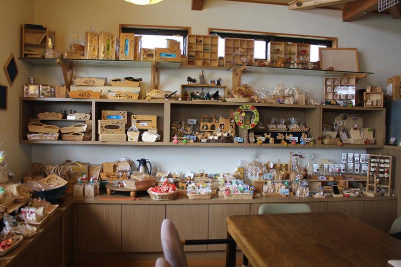 ワークスみぎわで作った木工品を販売する店舗「まきば」の店内の様子。ワークスみぎわで作られた木工品はここ以外にも、教文館エインカレム(東京都)やブックセンターロゴス(栃木県)、フリースペースこしがや絵本館(埼玉県)、WATANABE(同)などでも委託販売している。