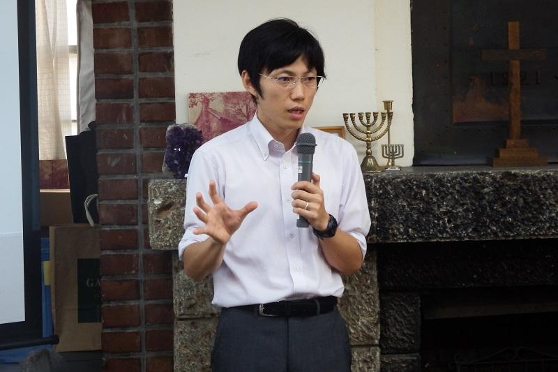 日本基督教団東北教区被災者支援センター「エマオ」の専従者として活動する佐藤真史氏は、実体験に基づいた被災地の話をした=9月12日、日本基督教団早稲田教会(東京都新宿区)で