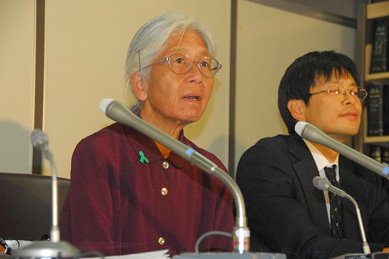 記者会見に臨む岸田静枝(しずえ)さん(65、左)と高橋拓也弁護士=8日、東京地方裁判所内で(司法記者会の許可を得て撮影)