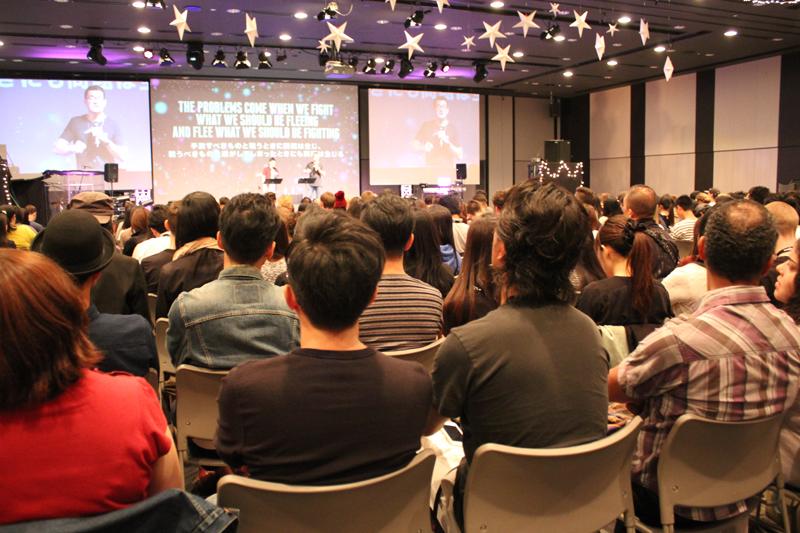「ライフハウス・カンファレンス2015」の初日に行われたナイト・セッションの様子。平日の夜だったが、この日は750人が集まった。2日目は800人、3日は1000人に達し、3日間で延べ2500人以上が参加した=8日、ベルサール六本木(東京都港区)で