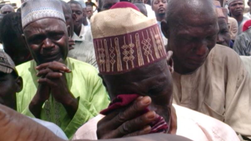ナイジェリア・ボルノ州の町チボクでボコ・ハラムに子どもたちを拉致され、悲しむ親たち(写真:ボイス・オブ・アメリカ)