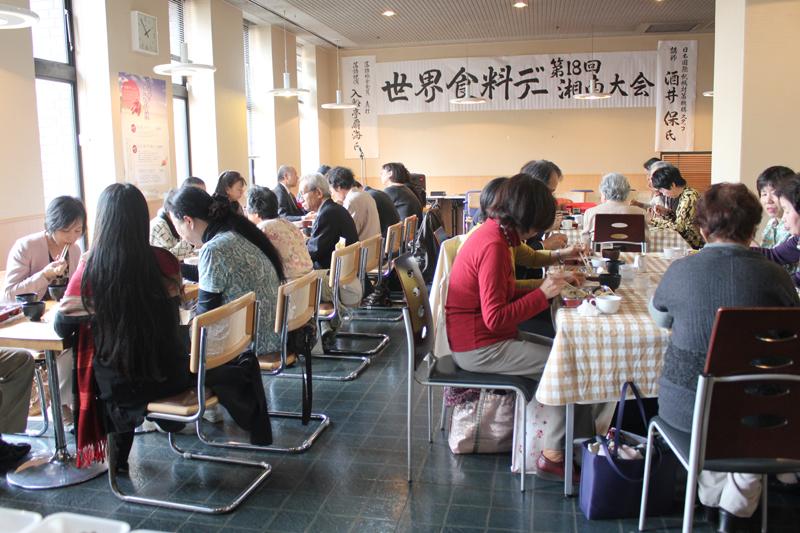 世界食料デー湘南大会は昨年からランチョン形式で行っている。今年は42人が参加した=17日、神奈川県の茅ヶ崎市民文化センターで