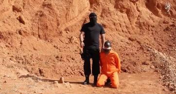 「イスラム国」の戦闘員が、リビアで南スーダンのキリスト教徒の男性を斬首しているとみられる映像(画像:YouTube)