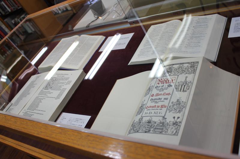 今回の特別展で展示されているルター訳聖書=22日、聖書図書館(東京都中央区)で