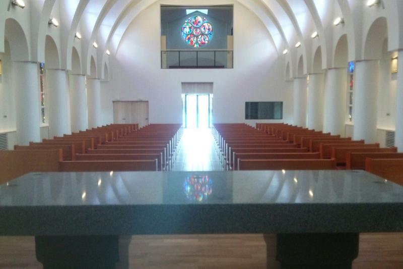 阪神大震災で被災のステンドグラス、宮崎教会に移設され20年振りの輝き