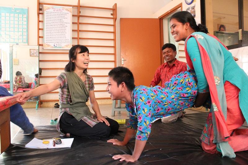 山内章子(あやこ)さん(左)がバングラデシュ現地でリハビリを行う様子(写真:日本キリスト教海外医療協力会提供)