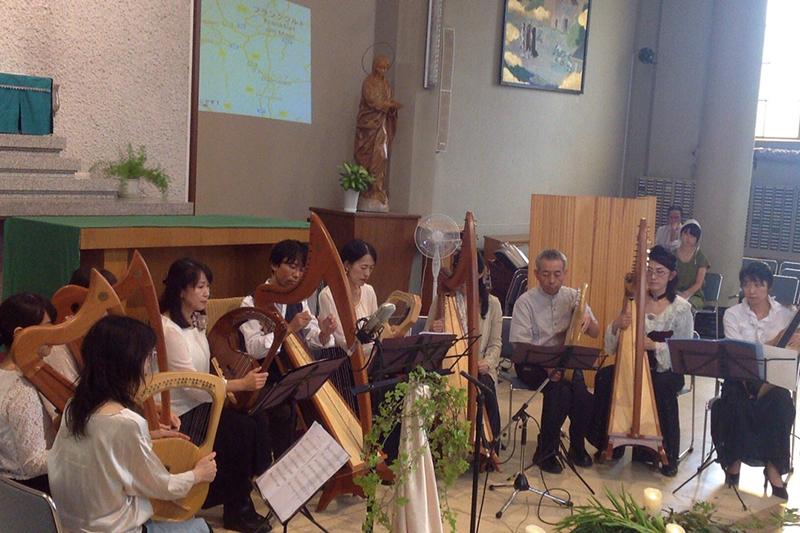 「みつゆき with Lyres and Harps『consort Harmonia』」のメンバーによるライアーとハープの二種類のたて琴を使った演奏=9月22日、カトリック高槻教会(大阪府高槻市)で