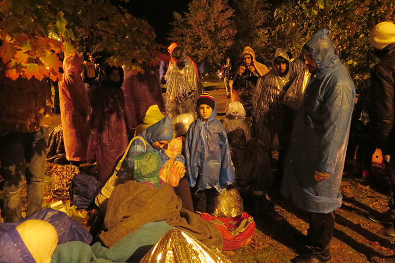 クロアチアとスロベニアの国境で立ち往生する難民(写真:アムネスティ・インターナショナル日本)