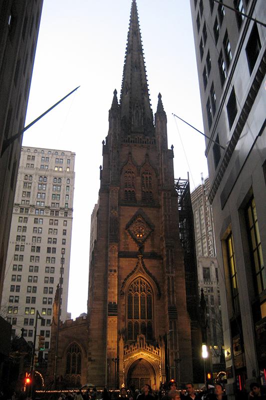 米ニューヨーク・マンハッタンの南端にあるトリニティ教会。ちょうどブロードウェイとウォール街の交差点に位置し、米国聖公会ニューヨーク教区の教区教会の一つ。(写真:Wally Gobetz)