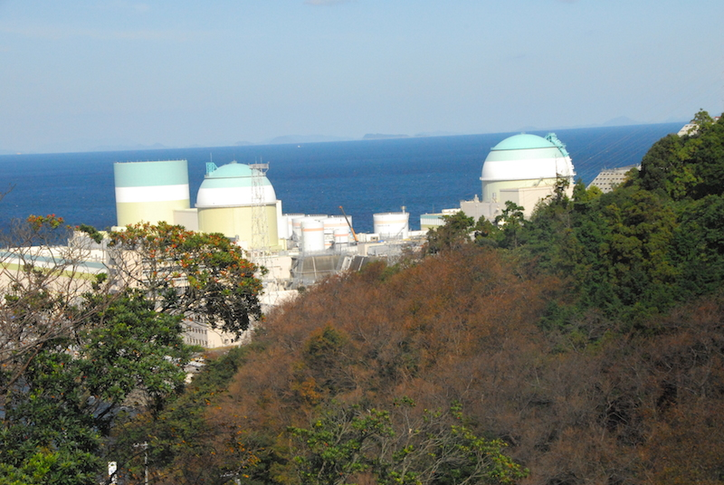 四国の西北端から西へ細長く伸びた佐田岬半島の瀬戸内海側にある、四国電力伊方原子力発電所=10月31日、同発電所の正門前付近で撮影