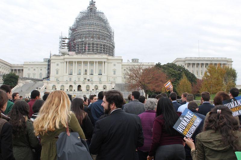 気候変動、移民改革、中央アメリカ地域の人権問題について教皇フランシスコと連帯するよう議員に働き掛けるため、ワ シントンDCにある連邦議会議事堂の西側芝生に集まった参加者たち=9日(写真:クリスチャンポスト/サミュエル・スミス)