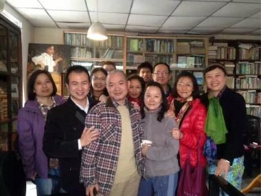 2013年から聖書の勉強会が冉雲飛氏(中央)の自宅で開かれていたが、冉氏がクリスチャンになったのはつい最近だ。(写真:ツイッター)