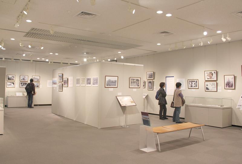国立ハンセン病資料館の2015年度秋季企画展「待労院(たいろういん)の歩み-創立から閉院までの115年-」。真ん中にあるブースが「聖母ヶ丘」を表し、その周りの展示物とのつながりを示している=11日、東京都東村山市で