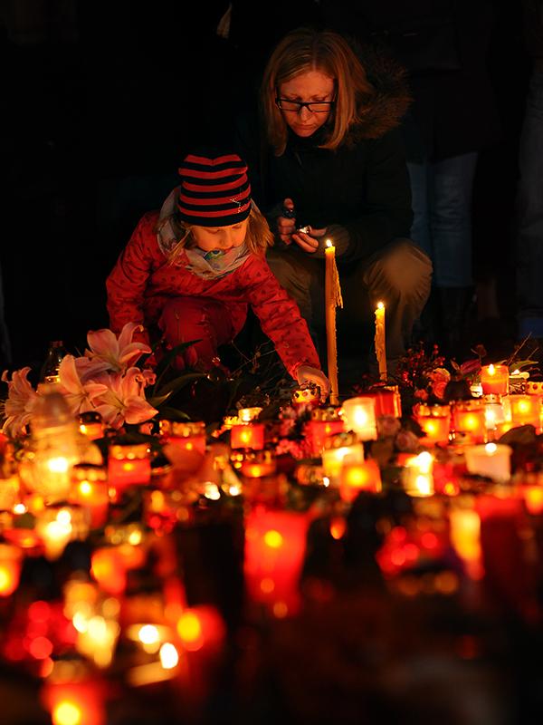 パリで13日夜に起こったテロを受け、チェコの首都プラハでは14日夜、多くの人々がろうそくに火をともし、追悼の意を示した。(写真:Bianca Dagheti)<br />