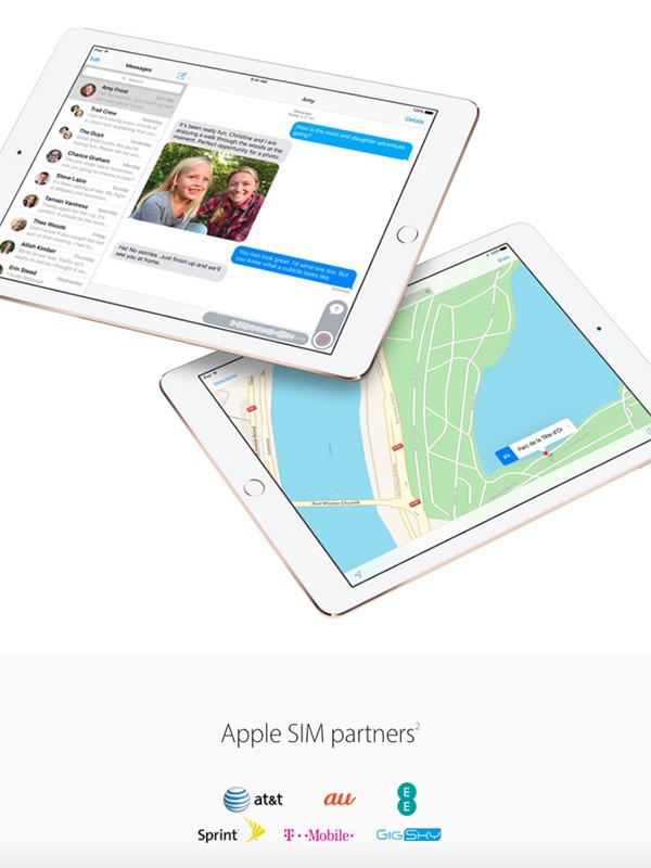 アップルの米国版ウェブサイトの「Apple SIM」のページ。提携先として、au のロゴが加えられている。<br />