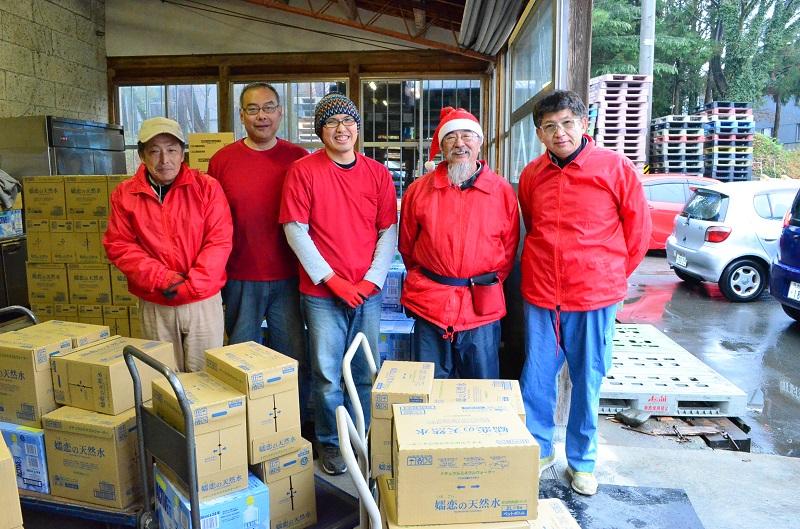 「サンタハウス」のスタッフのみなさん。サンタをイメージする赤い洋服がスタッフの印のようだ。