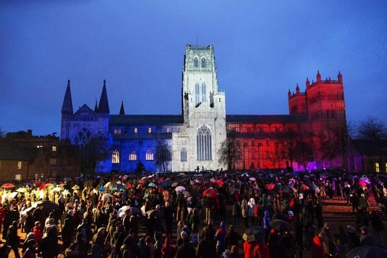 フランスの国旗、トリコロールにライトアップされたダラム大聖堂(写真:フェイスブック)
