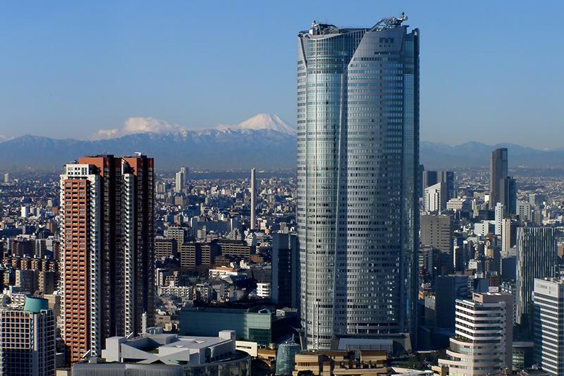 六本木ヒルズ(右)。30階に入居するグーグル日本法人のオフィスで27日朝に火災が発生した。(写真:shampoorobot)<br />