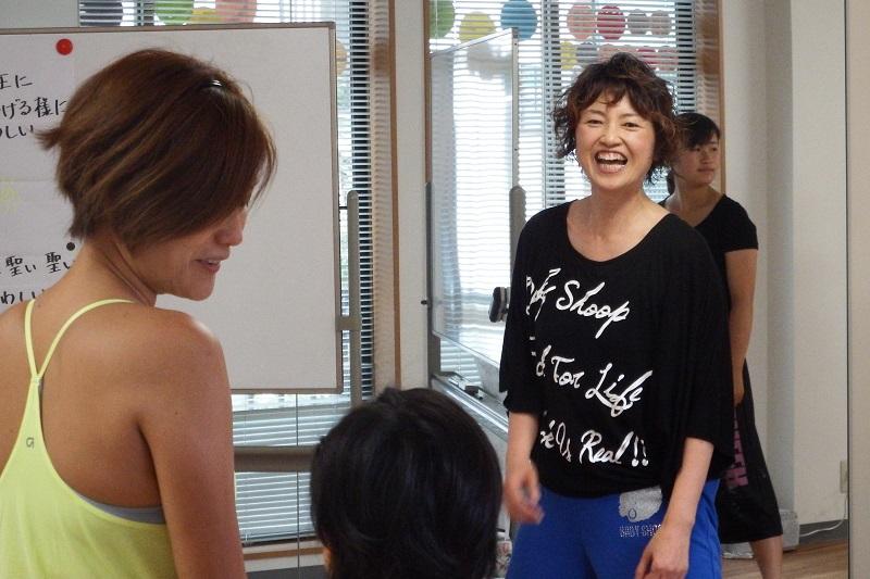 「賛美クス」のレッスンを行う佐伯玲子さん。元気な掛け声、明るい笑顔、パワフルな指導に、多くの参加者が励ましを受けている=今年7月、都内のスタジオで