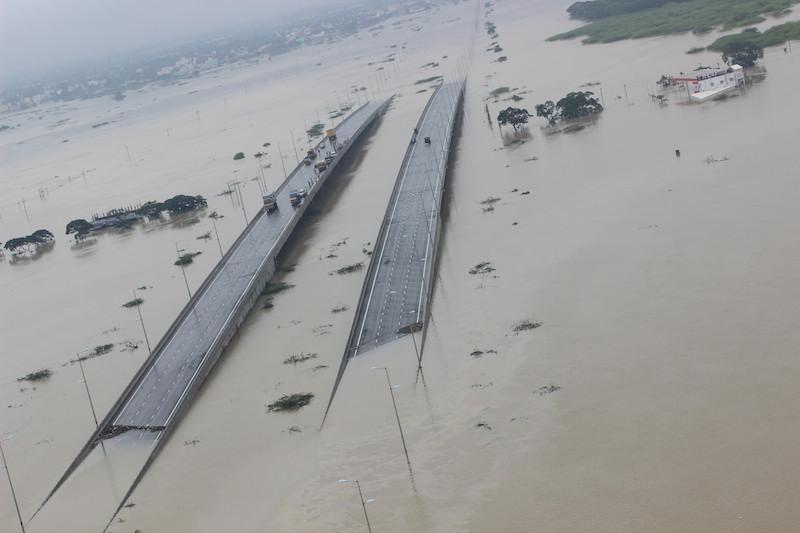 洪水で浸水したチェンナイにある橋付近の様子=2日(写真:インド空軍)