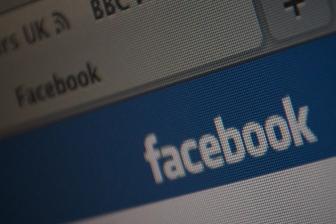 覆面集団がフェイスブック事務所を襲撃、「よくないね」の落書き ドイツ北部