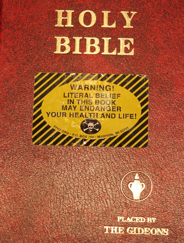 ホテルの客室に通常設置されている、国際ギデオン協会の聖書(写真:FFRF)