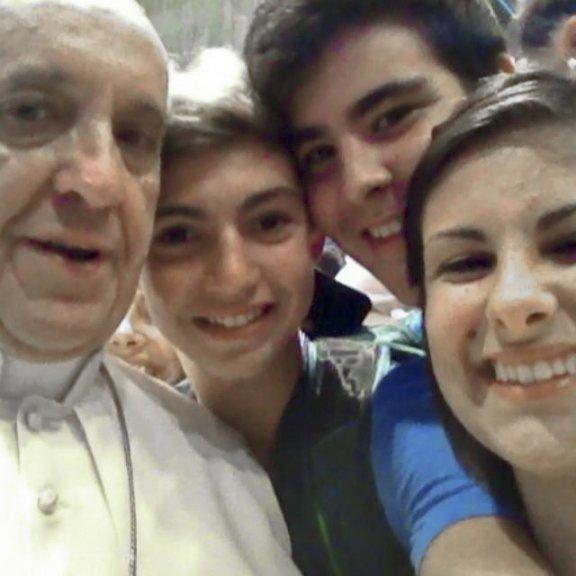 教皇フランシスコの「初の自撮り」は偽物 多くの人がだまされる