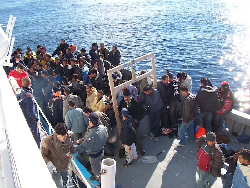 地中海にあるイタリアのシシリー島付近にやってきた北アフリカの難民(写真:Vito Manzari from Martina Franca (TA), Italy)