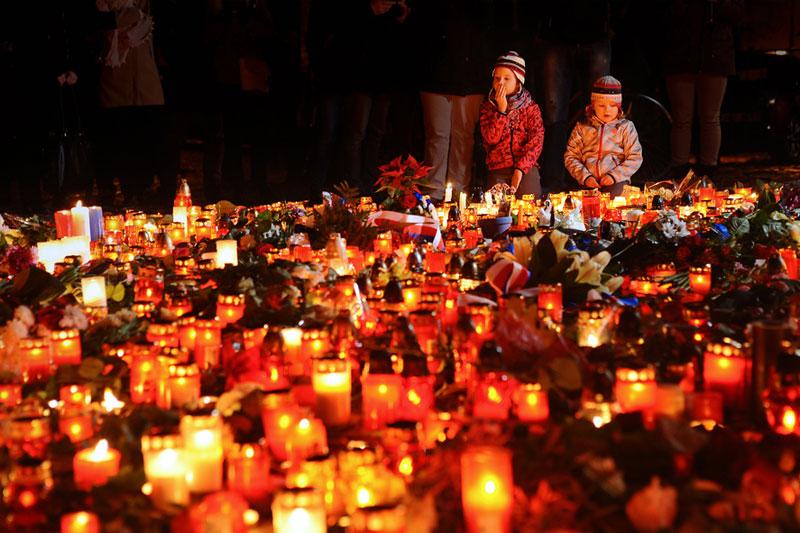 11月13日のパリ同時多発テロを受け、多くの人々がろうそくに火をともし、追悼の意を示した=同14日夜、チェコの首都プラハで(写真:Bianca Dagheti)